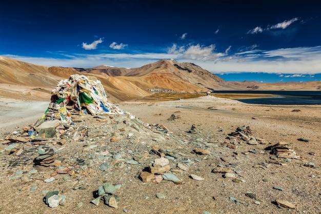 Cairn de pedra no lago do himalaia tso moriri ladakh índia