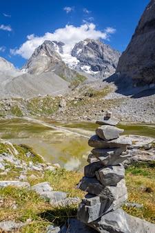 Cairn em frente ao lago cow, lac des vaches, no parque nacional de vanoise, alpes franceses