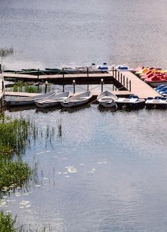 Cais com barcos e catamarãs para uma caminhada no rio