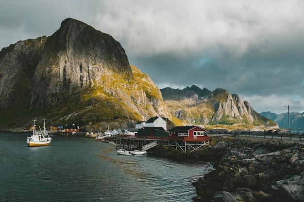 Cais com barcos na cidade de reine, noruega