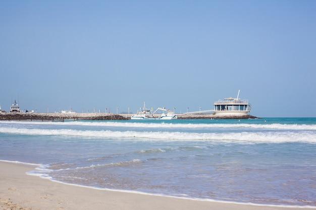 Cais com restaurante na praia de jumeirah, dubai