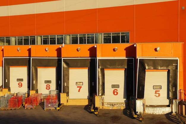 Cais de carga e descarga do hipermercado da parte de trás do shopping
