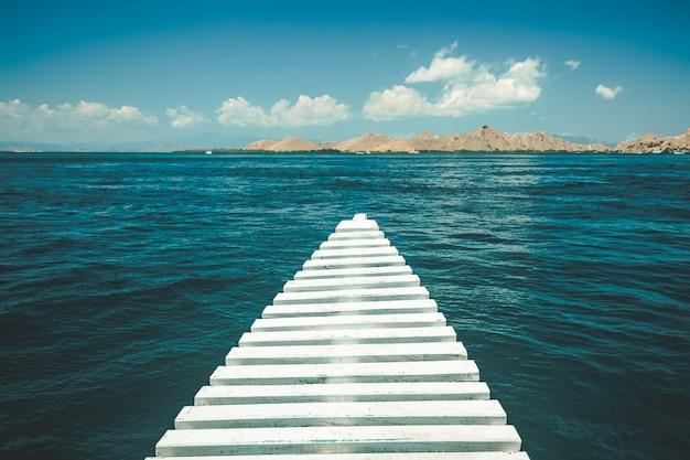 Cais de close-up, levando para o oceano. ilha de komodo.