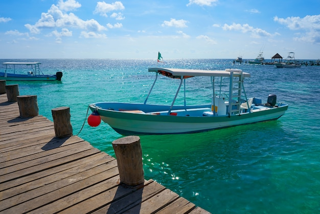 Cais de madeira e barcos riviera maya