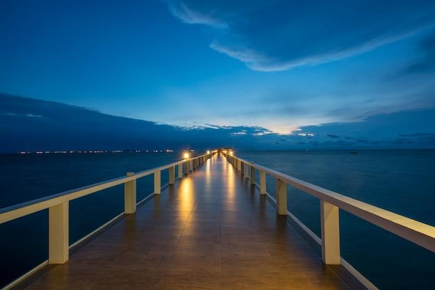 Cais de madeira entre o por do sol em phuket, tailândia. conceito de verão, viagens, férias e férias.