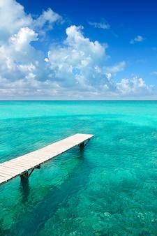 Cais de madeira illeta mar turquesa formentera