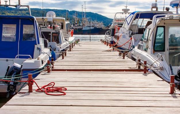Cais de madeira para barcos a motor e vela iates.
