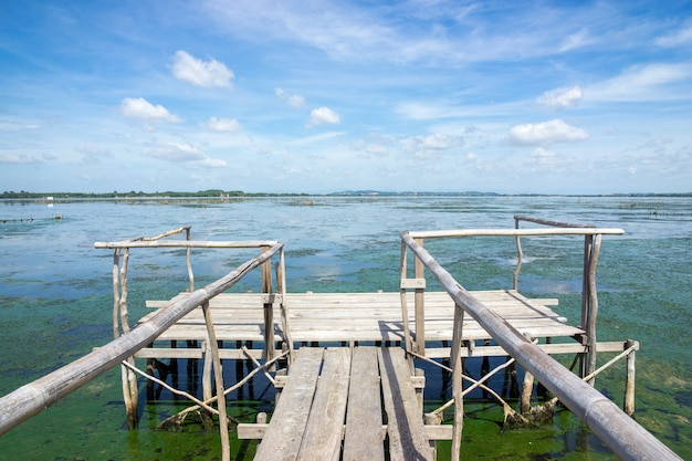 Cais de madeira que se estende para o mar