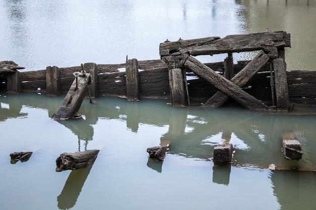 Cais de madeira velho fica fora da água
