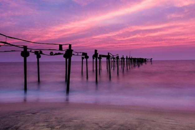 Cais do mar de longa exposição com belo pôr do sol