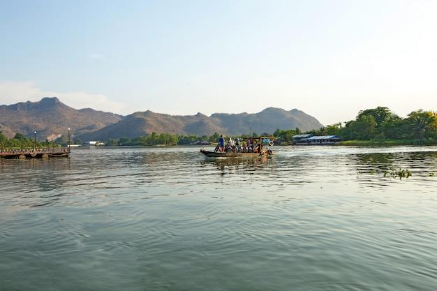 Cais do outro lado do rio mae klong na tailândia