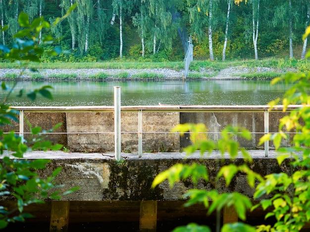 Cais do rio coberto com fundo verde