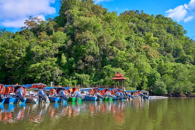 Cais do rio do barco na ilha tropical de langkawi.
