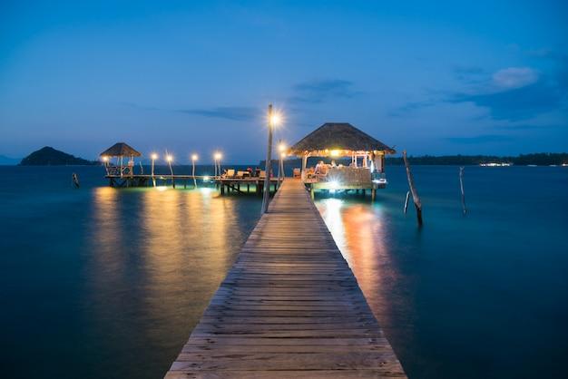Cais e cabana de madeira em phuket, tailândia. conceito de verão, viagens, férias e férias.