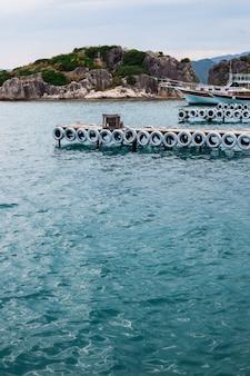 Cais no mar azul
