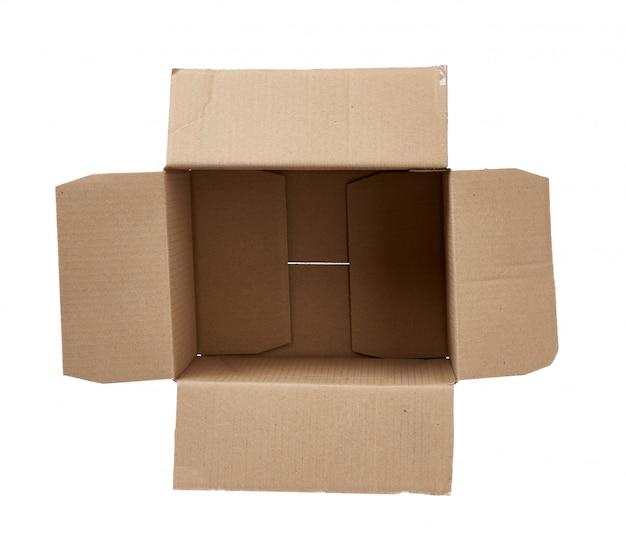 Caixa aberta retangular vazia de papel cartão marrom, isolado no fundo branco