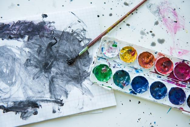 Caixa aquarelle tintas pincel rabiscado caderno