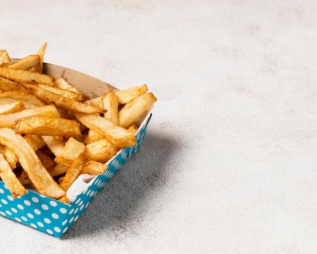Caixa azul de batatas fritas com espaço de cópia