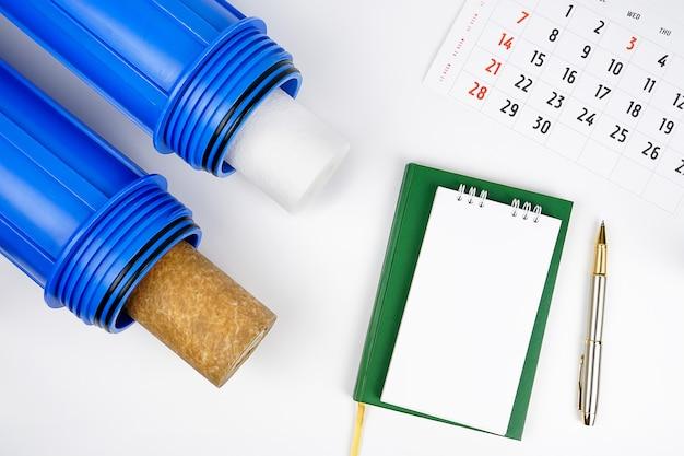 Caixa azul purificador de água pré-filtro e cartucho trocando o filtro de água do novo notebook.