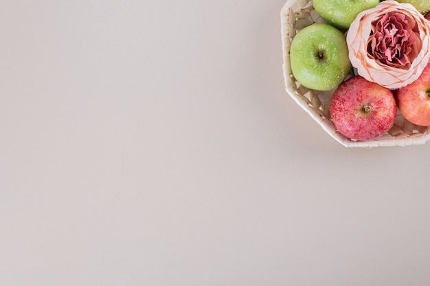 Caixa bonita com maçãs.