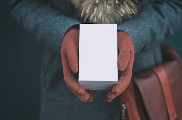 Caixa branca de um smartphone.