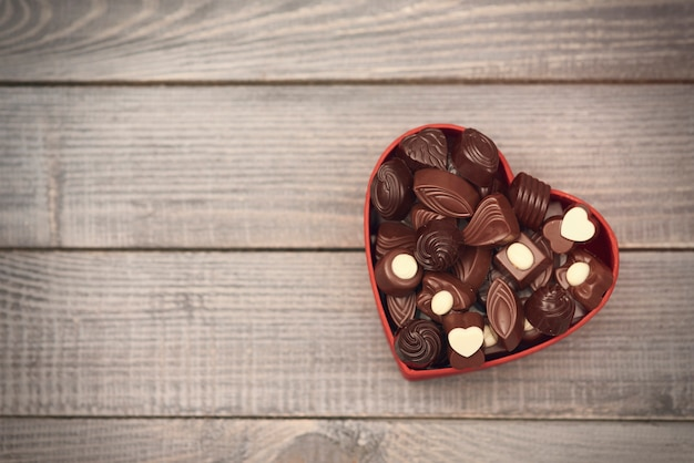 Caixa cheia de corações de chocolate