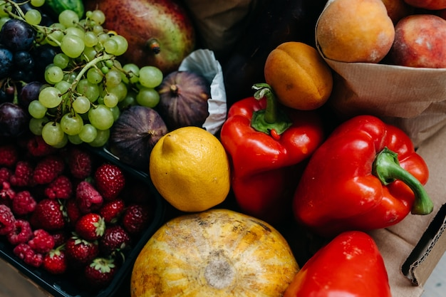 Caixa cheia de várias frutas, vegetais e frutas orgânicas conceito de entrega de comida