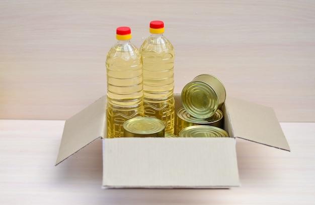 Caixa com alimentos ajuda humanitária a pessoas necessitadas.