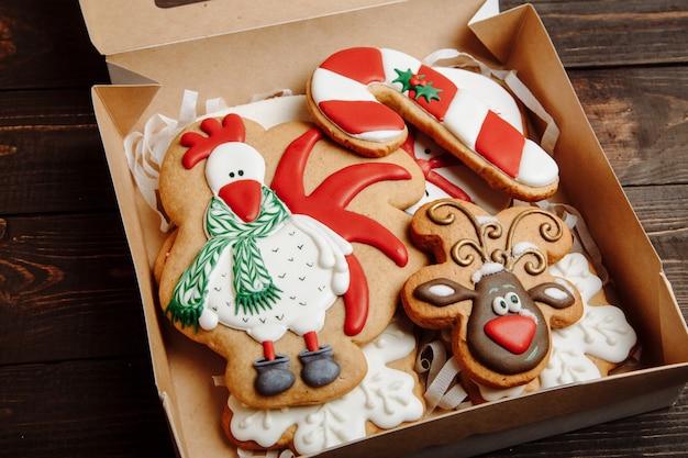 Caixa com biscoitos caseiros de gengibre de natal