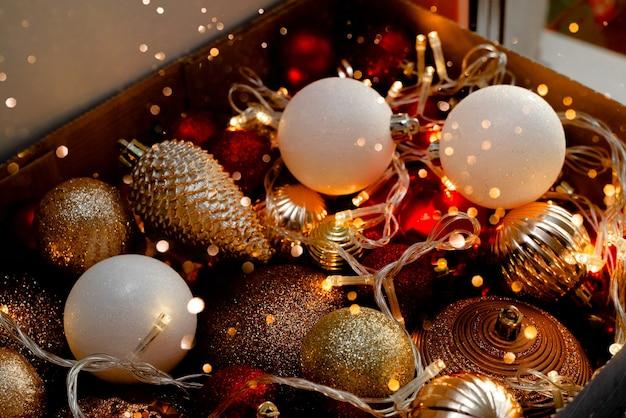 Caixa com bolas de natal e decorações de ano novo.