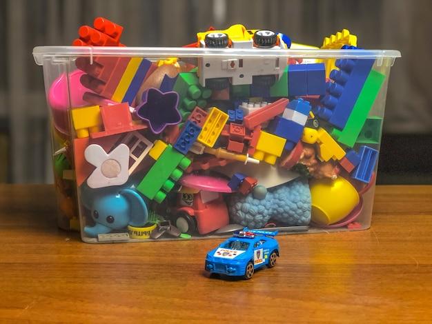 Caixa com brinquedos infantis na mesa durante as brincadeiras.