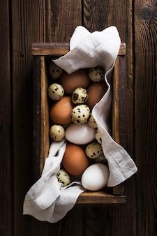 Caixa com codorna e ovos de galinha