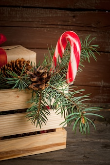 Caixa com decorações de natal, galhos de árvores de natal e presentes
