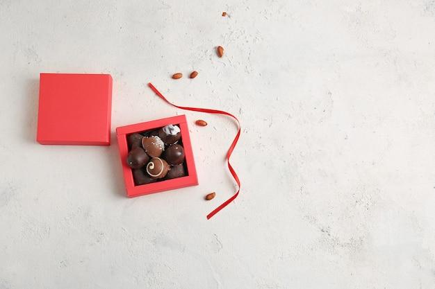 Caixa com deliciosos bombons de chocolate na luz