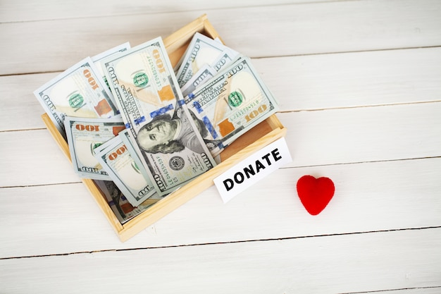Caixa com dinheiro para doação