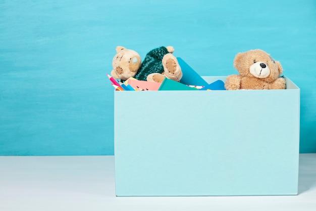 Caixa com doações para crianças com material escolar e brinquedos