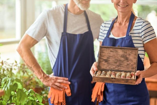 Caixa com especiarias secas nas mãos da mulher