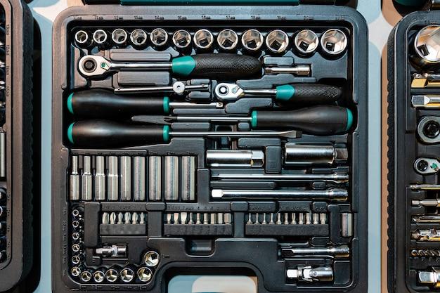 Caixa com ferramentas especiais em oficina mecânica, closeup