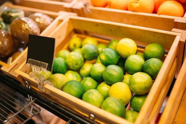 Caixa com frutas frescas em carrinho na loja de alimentos, ninguém, preço vazio. variedade de produtos no mercado