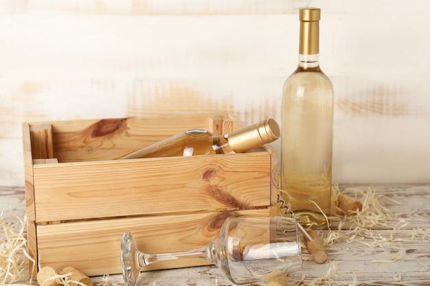 Caixa com garrafas de saboroso vinho em fundo de madeira