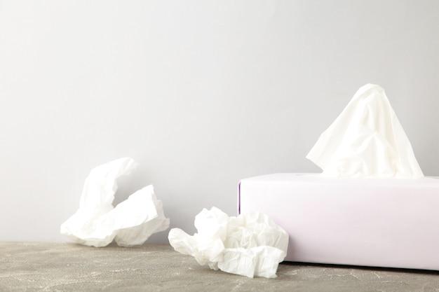 Caixa com lenços de papel e guardanapos amassados usados