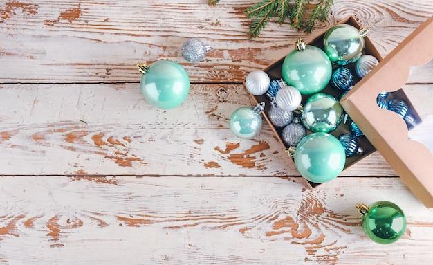 Caixa com lindas bolas de natal na mesa