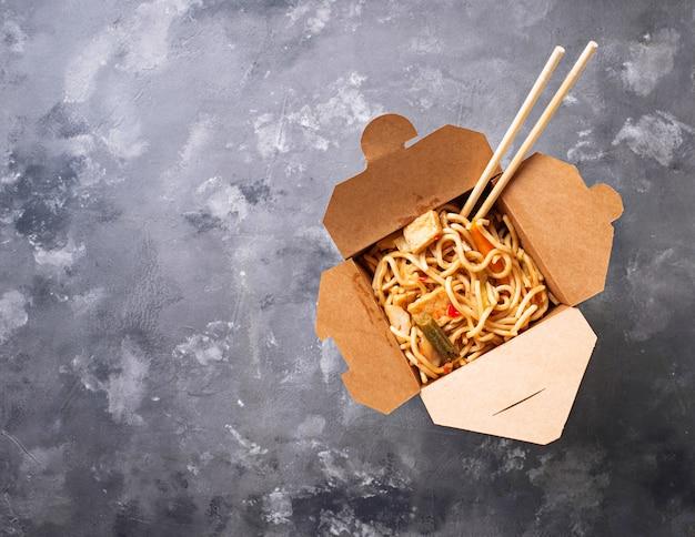 Caixa com macarrão asiático tradicional