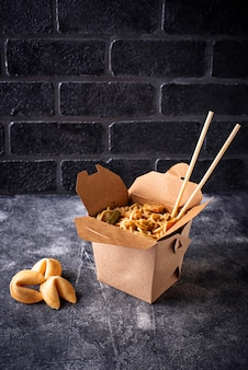 Caixa com macarrão e biscoitos da sorte