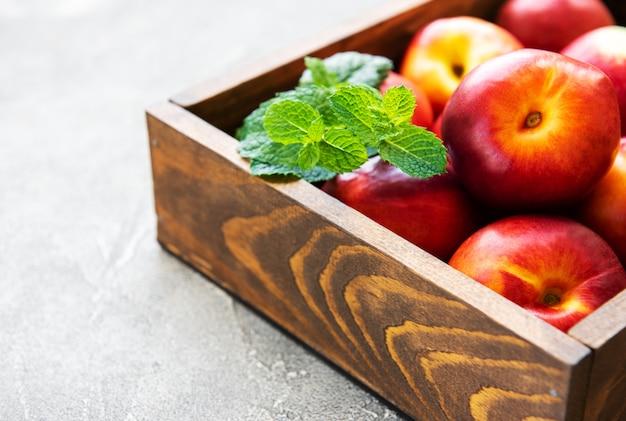 Caixa com nectarinas