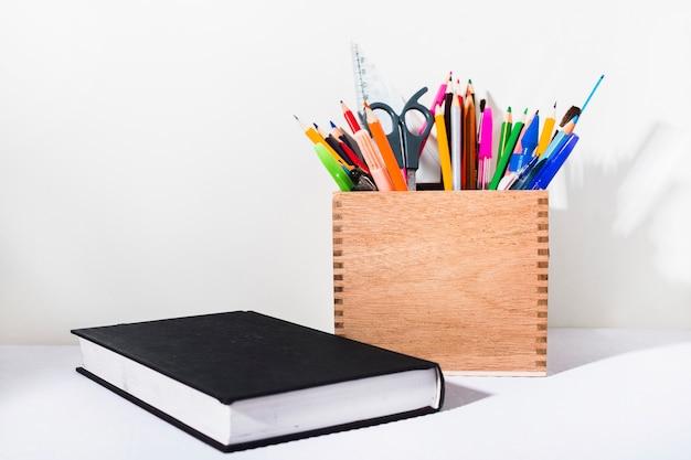 Caixa, com, papelaria, perto, livro