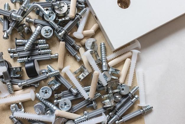 Caixa com parafusos e parafusos de peças de montagem de móveis close-up