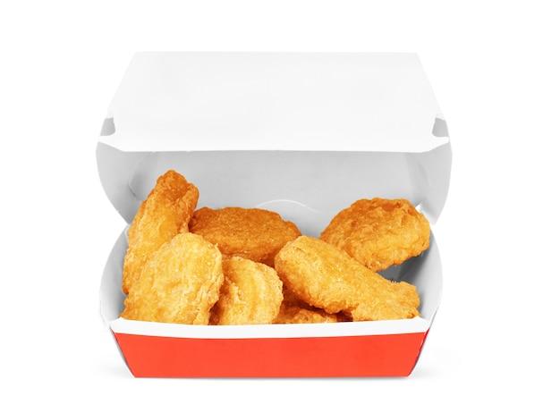 Caixa com saborosos nuggets de frango no fundo branco