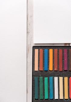 Caixa com tinta pastel colorida em papel branco