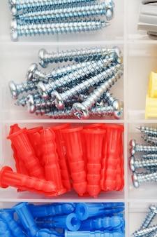 Caixa com vários parafusos e buchas para reparo e instalação